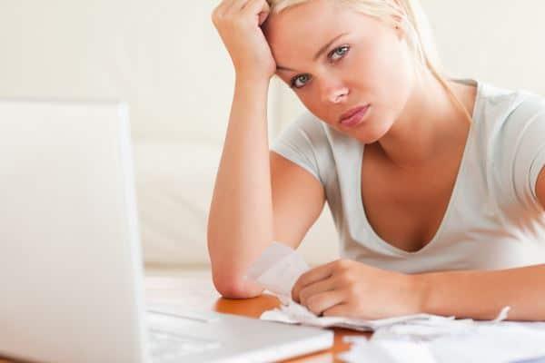 Deprimierte Frau mit hohen Schulden, möchte Schulden loswerden