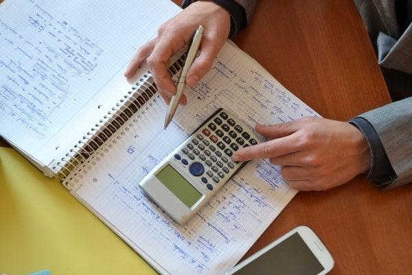 Schuldnerberater mit Taschenrechner